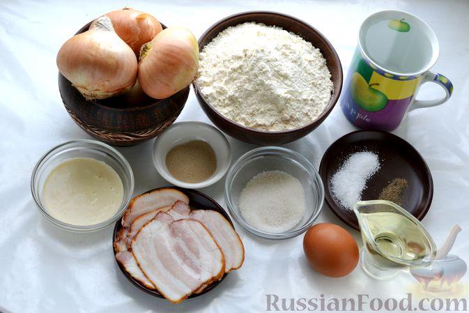 Фото приготовления рецепта: Открытый дрожжевой пирог с луком и беконом - шаг №1