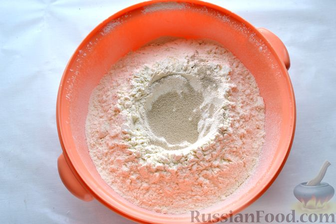 Фото приготовления рецепта: Открытый дрожжевой пирог с луком и беконом - шаг №3