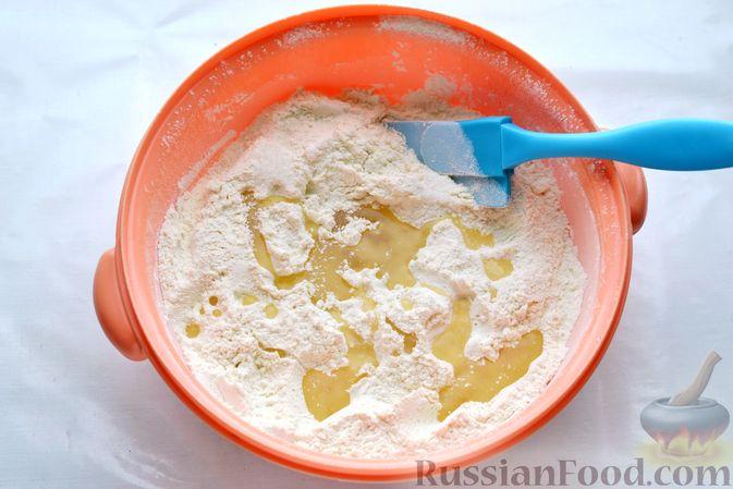 Фото приготовления рецепта: Открытый дрожжевой пирог с луком и беконом - шаг №5