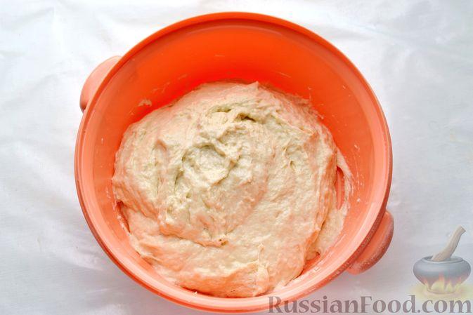 Фото приготовления рецепта: Открытый дрожжевой пирог с луком и беконом - шаг №7