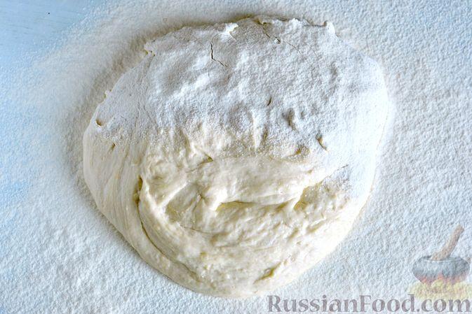 Фото приготовления рецепта: Открытый дрожжевой пирог с луком и беконом - шаг №16
