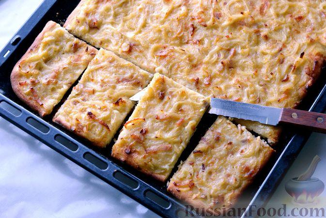 Фото приготовления рецепта: Открытый дрожжевой пирог с луком и беконом - шаг №22