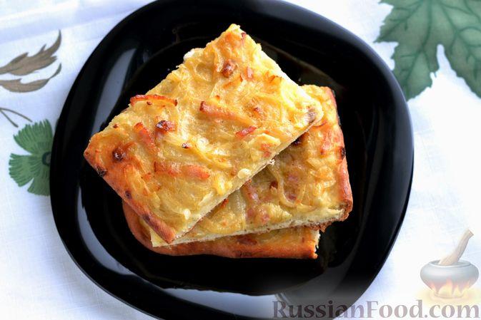 Фото приготовления рецепта: Открытый дрожжевой пирог с луком и беконом - шаг №24