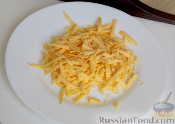 Фото приготовления рецепта: Двухслойный омлет с кабачками, помидорами и сыром - шаг №8