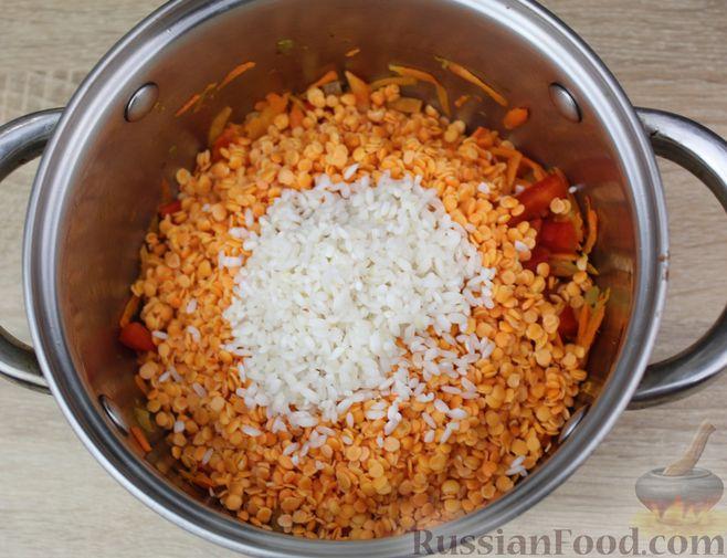 Фото приготовления рецепта: Чечевичный суп-пюре на рыбном бульоне, с рисом и сладким перцем - шаг №12
