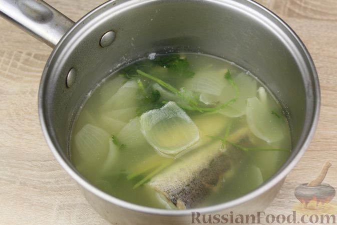 Фото приготовления рецепта: Чечевичный суп-пюре на рыбном бульоне, с рисом и сладким перцем - шаг №4