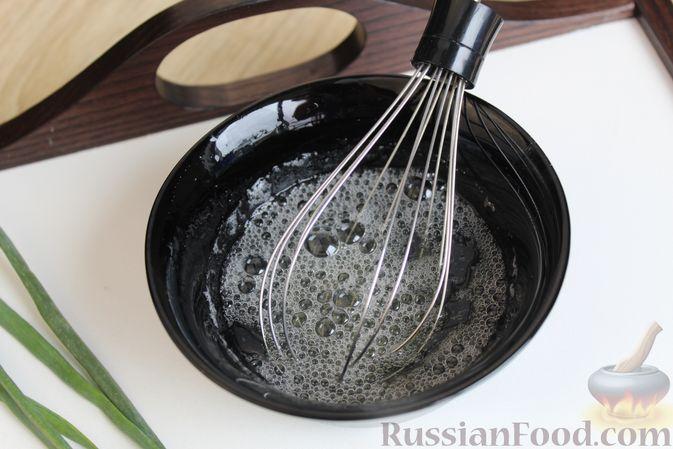 Фото приготовления рецепта: Двухслойный омлет с кабачками, помидорами и сыром - шаг №3