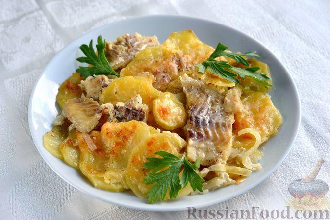 Фото к рецепту: Минтай, запечённый с картофелем и луком, в сливках