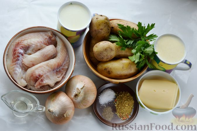 Фото приготовления рецепта: Минтай, запечённый с картофелем и луком, в сливках - шаг №1