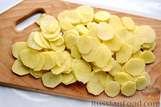 Фото приготовления рецепта: Минтай, запечённый с картофелем и луком, в сливках - шаг №5
