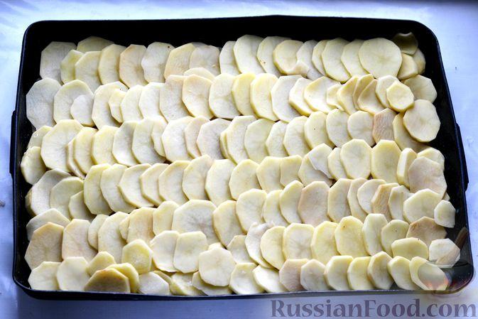 Фото приготовления рецепта: Минтай, запечённый с картофелем и луком, в сливках - шаг №10