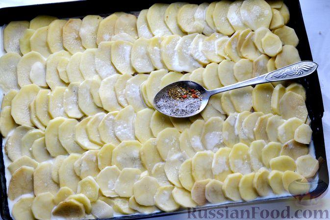 Фото приготовления рецепта: Минтай, запечённый с картофелем и луком, в сливках - шаг №11
