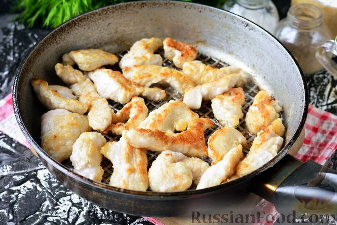 Фото приготовления рецепта: Бефстроганов из индейки, в сметанно-томатном соусе - шаг №7