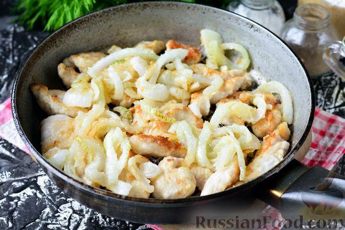 Фото приготовления рецепта: Бефстроганов из индейки, в сметанно-томатном соусе - шаг №8