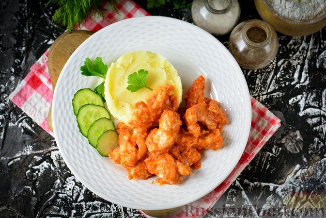 Фото приготовления рецепта: Бефстроганов из индейки, в сметанно-томатном соусе - шаг №11