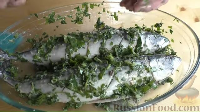 Фото приготовления рецепта: Запечённая скумбрия с лимоном и зеленью - шаг №5