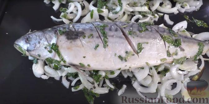 Фото приготовления рецепта: Запечённая скумбрия с лимоном и зеленью - шаг №8