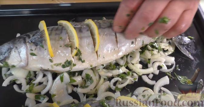 Фото приготовления рецепта: Запечённая скумбрия с лимоном и зеленью - шаг №9