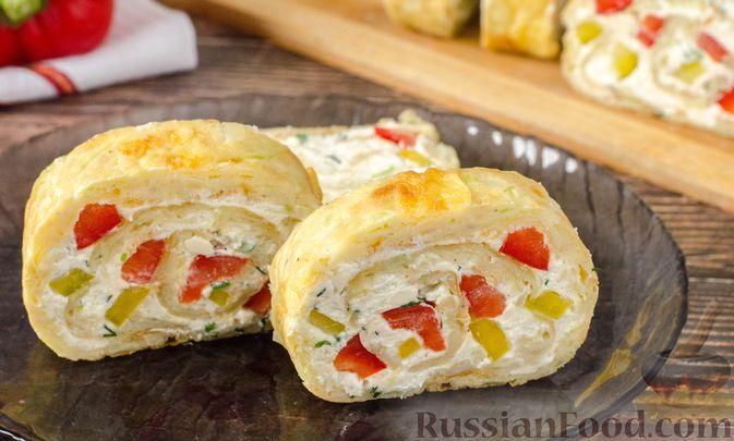 Фото к рецепту: Рулет из кабачков с творожно-сырной начинкой и сладким перцем