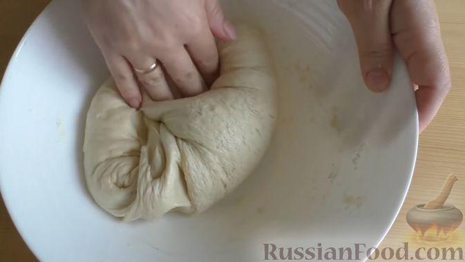 Фото приготовления рецепта: Дрожжевой пирог-перевёртыш с яблоками в карамели - шаг №9