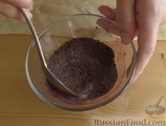 Фото приготовления рецепта: Дрожжевой пирог-перевёртыш с яблоками в карамели - шаг №12
