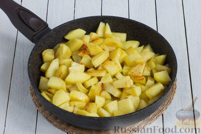 Фото приготовления рецепта: Картошка, тушенная в сметане с зеленью - шаг №3