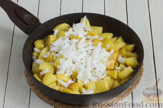 Фото приготовления рецепта: Картошка, тушенная в сметане с зеленью - шаг №4
