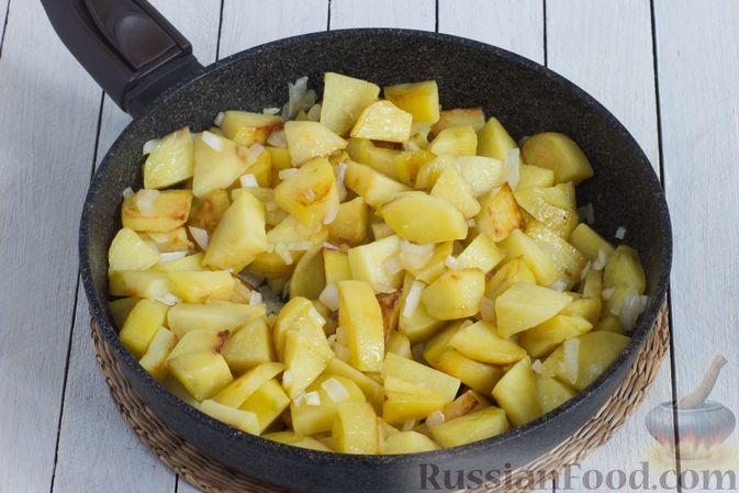Фото приготовления рецепта: Картошка, тушенная в сметане с зеленью - шаг №5