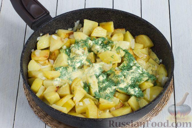 Фото приготовления рецепта: Картошка, тушенная в сметане с зеленью - шаг №7