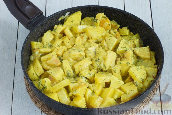 Фото приготовления рецепта: Картошка, тушенная в сметане с зеленью - шаг №8