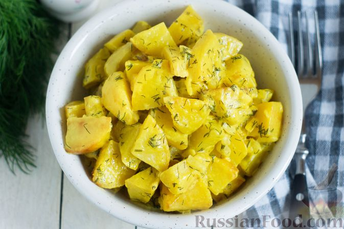 Фото приготовления рецепта: Картошка, тушенная в сметане с зеленью - шаг №9