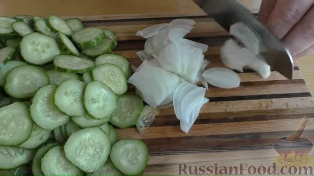 Фото приготовления рецепта: Быстрые маринованные огурцы кружочками - шаг №5