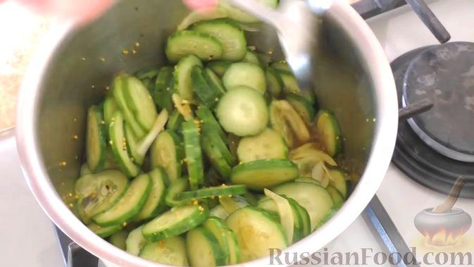 Фото приготовления рецепта: Быстрые маринованные огурцы кружочками - шаг №7