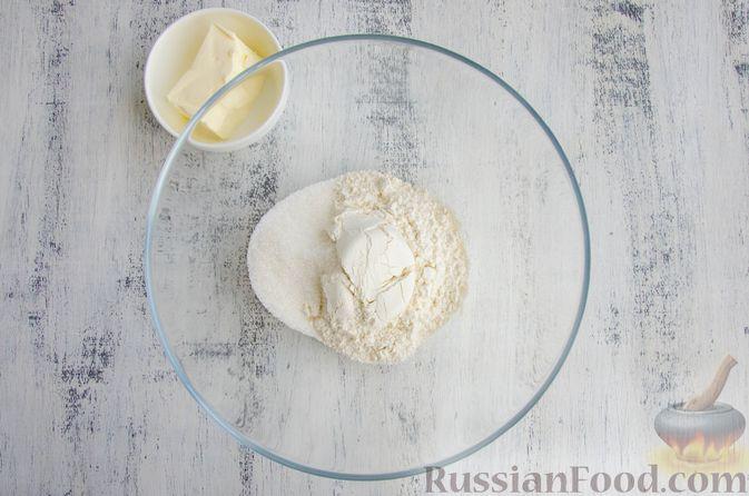 Фото приготовления рецепта: Шарики из песочной крошки с заварным сметанным кремом и орехами - шаг №2