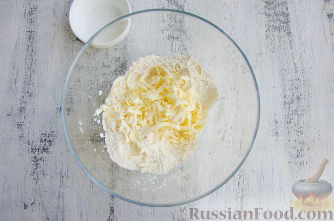 Фото приготовления рецепта: Шарики из песочной крошки с заварным сметанным кремом и орехами - шаг №3