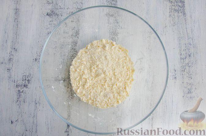 Фото приготовления рецепта: Шарики из песочной крошки с заварным сметанным кремом и орехами - шаг №4