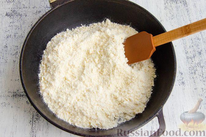 Фото приготовления рецепта: Шарики из песочной крошки с заварным сметанным кремом и орехами - шаг №5