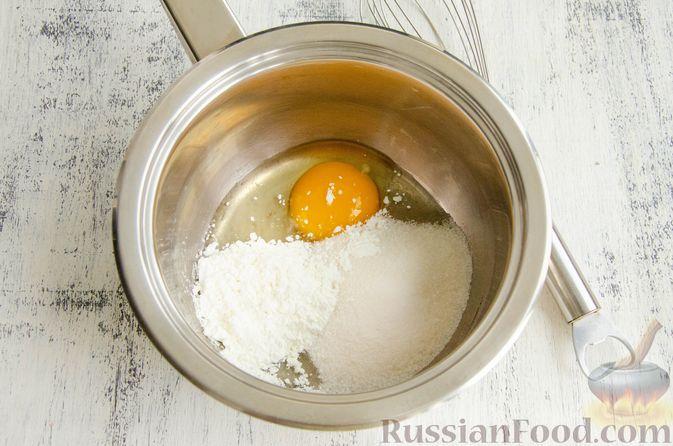 Фото приготовления рецепта: Шарики из песочной крошки с заварным сметанным кремом и орехами - шаг №7
