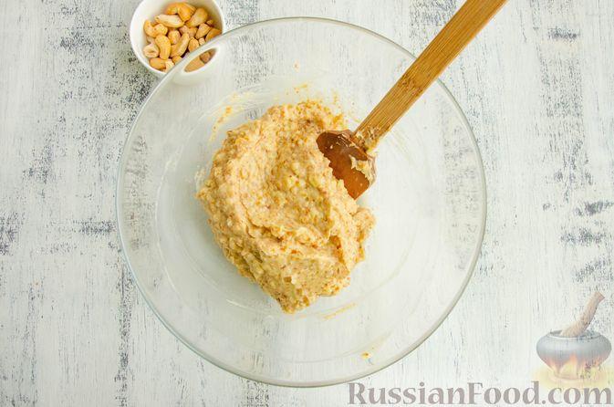Фото приготовления рецепта: Шарики из песочной крошки с заварным сметанным кремом и орехами - шаг №11