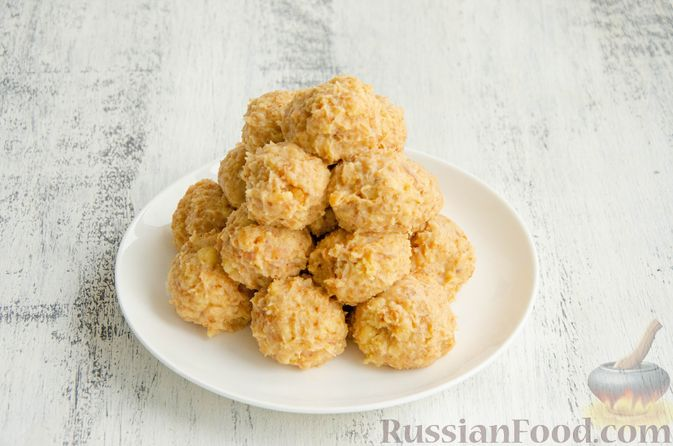 Фото приготовления рецепта: Шарики из песочной крошки с заварным сметанным кремом и орехами - шаг №12