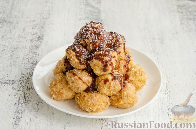 Фото приготовления рецепта: Шарики из песочной крошки с заварным сметанным кремом и орехами - шаг №15