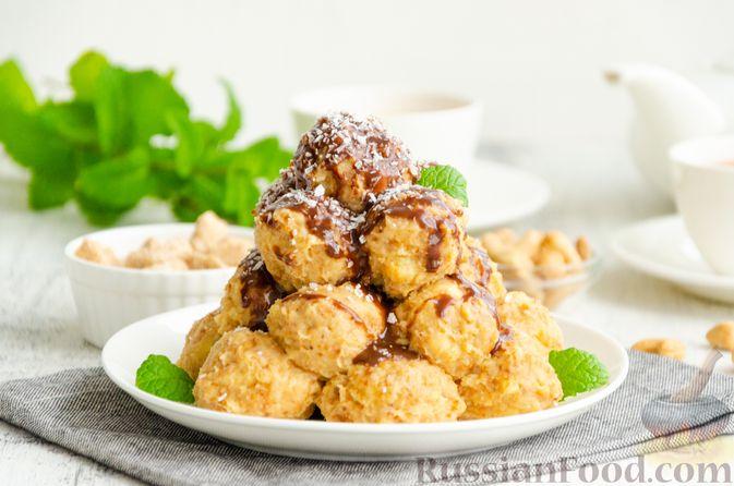 Фото приготовления рецепта: Шарики из песочной крошки с заварным сметанным кремом и орехами - шаг №16