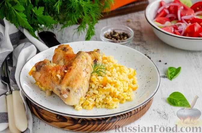 Фото к рецепту: Куриные крылышки, запечённые с булгуром