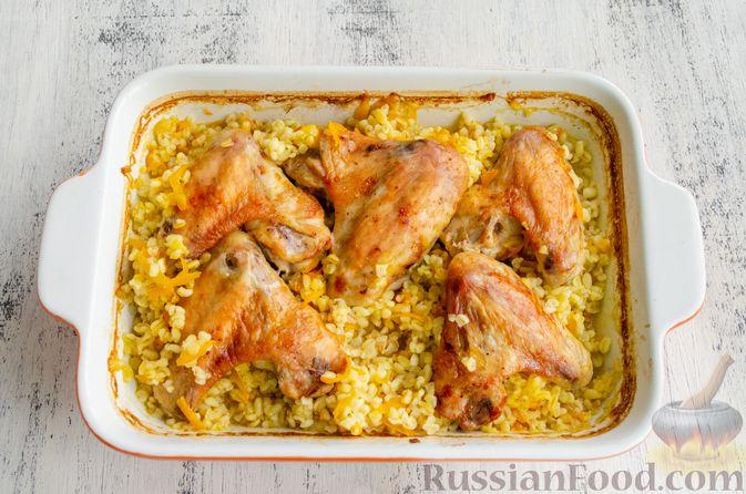 Фото приготовления рецепта: Куриные крылышки, запечённые с булгуром - шаг №9