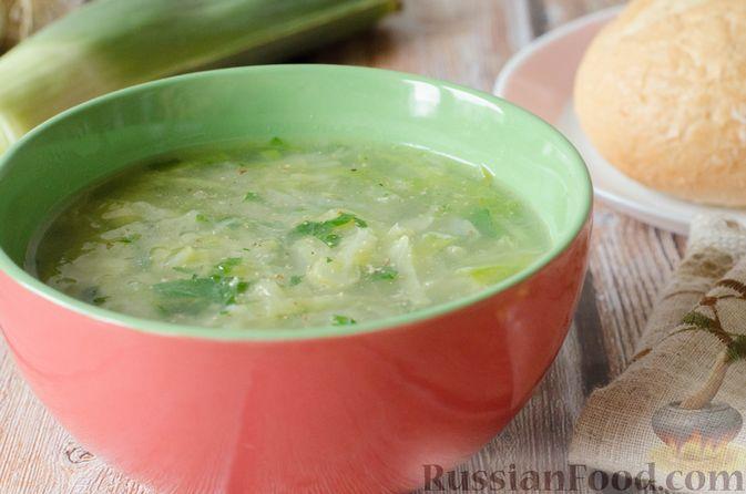 Фото к рецепту: Щи из молодой капусты с луком-пореем