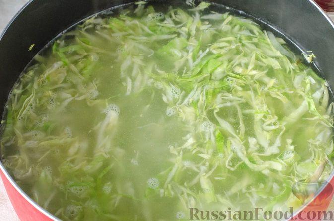 Фото приготовления рецепта: Щи из молодой капусты с луком-пореем - шаг №10