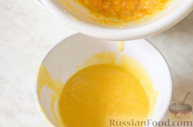 Фото приготовления рецепта: Пряные капкейки из моркови с мандариновой начинкой и сливочным кремом - шаг №8