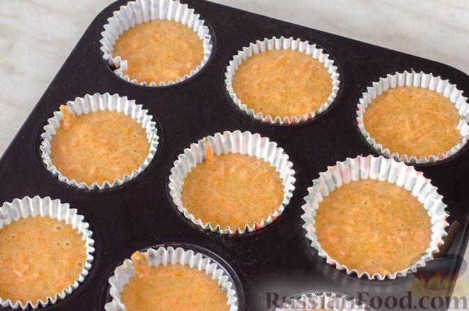Фото приготовления рецепта: Пряные капкейки из моркови с мандариновой начинкой и сливочным кремом - шаг №16