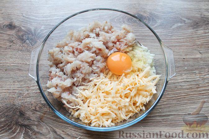 Фото приготовления рецепта: Рубленые рыбные котлеты с картошкой и сыром - шаг №7