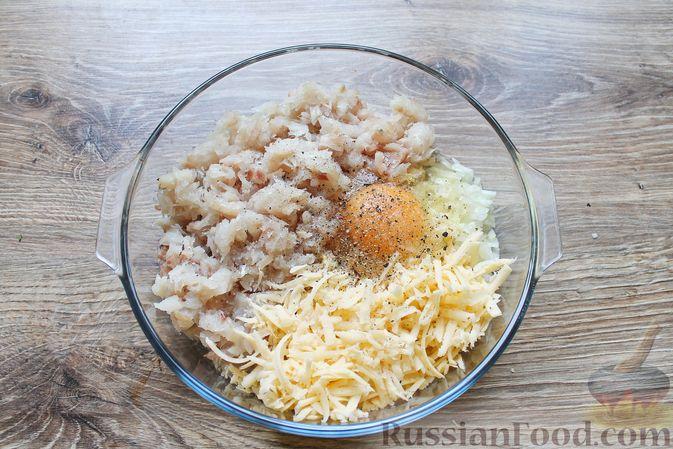 Фото приготовления рецепта: Рубленые рыбные котлеты с картошкой и сыром - шаг №8
